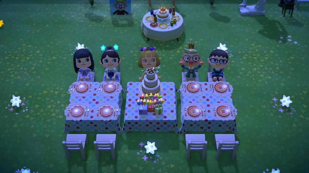 Tutti al tavolo di compleanno.jpg